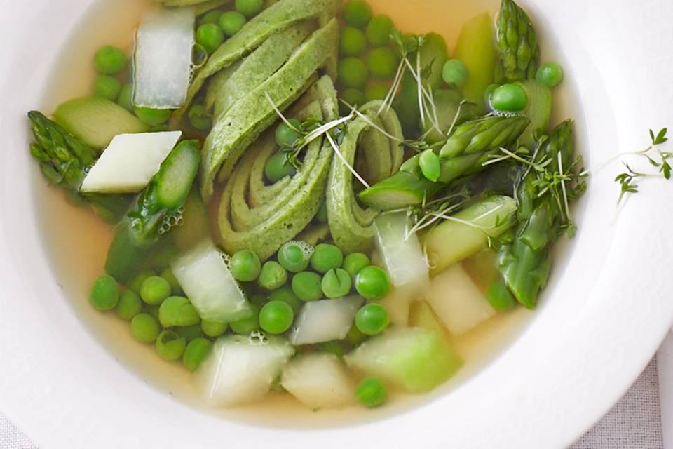 Kalbsbrühe mit Bärlauch-Flädle und Gemüse Rezept