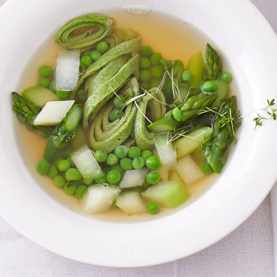 Kalbsbrühe mit Bärlauch-Flädle und Gemüse