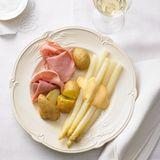 Spargel mit gekochtem Schinken und neuen Kartoffeln