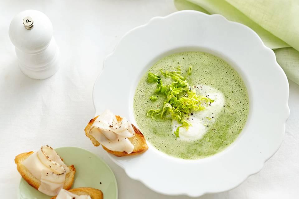 Kopfsalatsuppe mit Lardo-Crostini Rezept