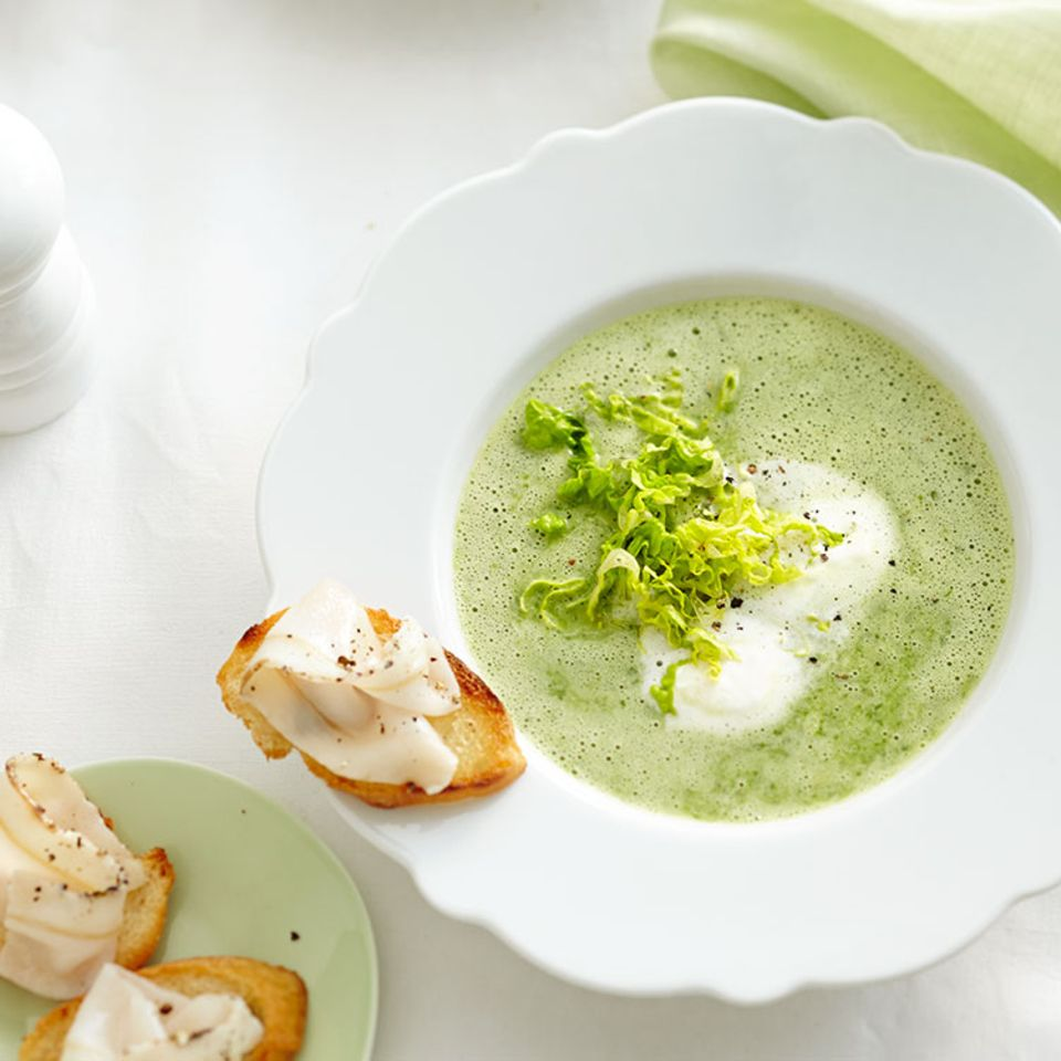 Kopfsalatsuppe mit Lardo-Crostini