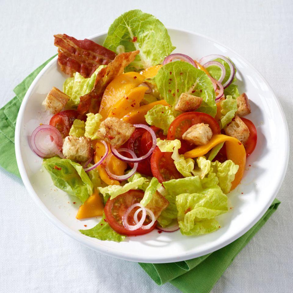 Bunter Salat mit Mango und Speck