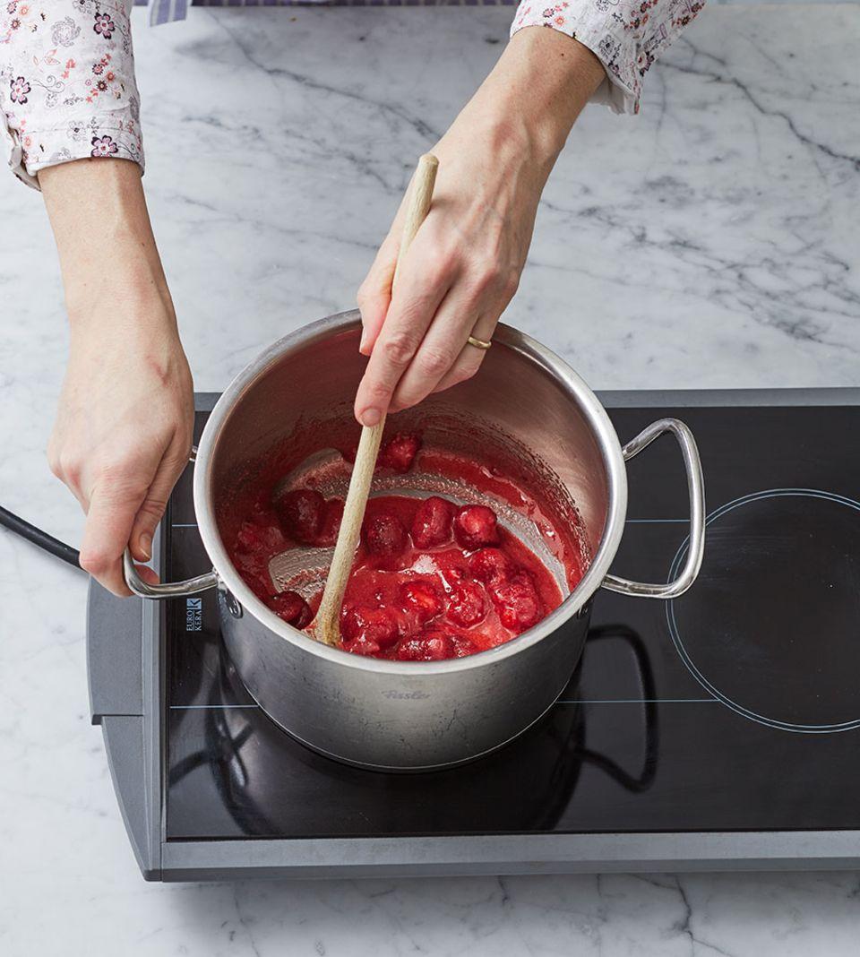 Erdbeeren vor dem Kochen mit Gelierzucker Saft ziehen lassen