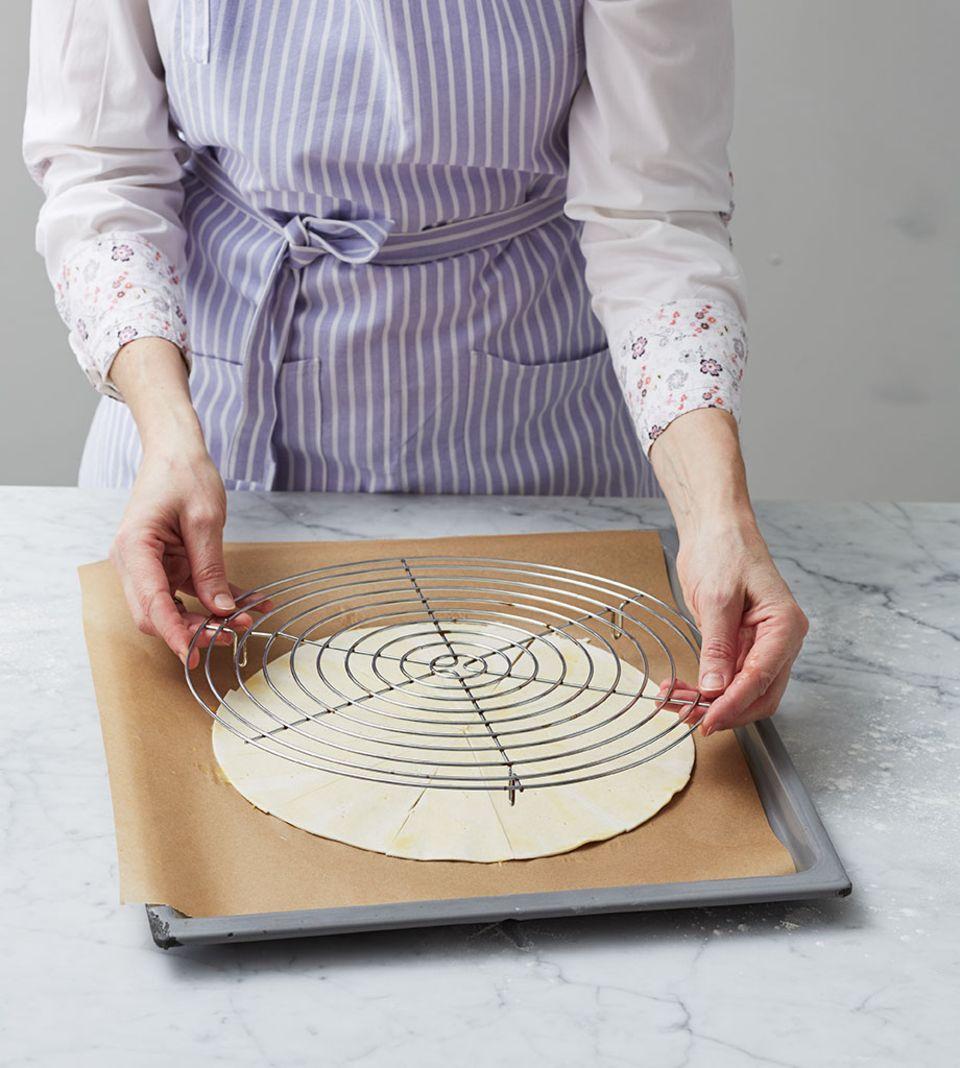Ein rundes Kuchengitter als Aufgehhilfe im Ofen