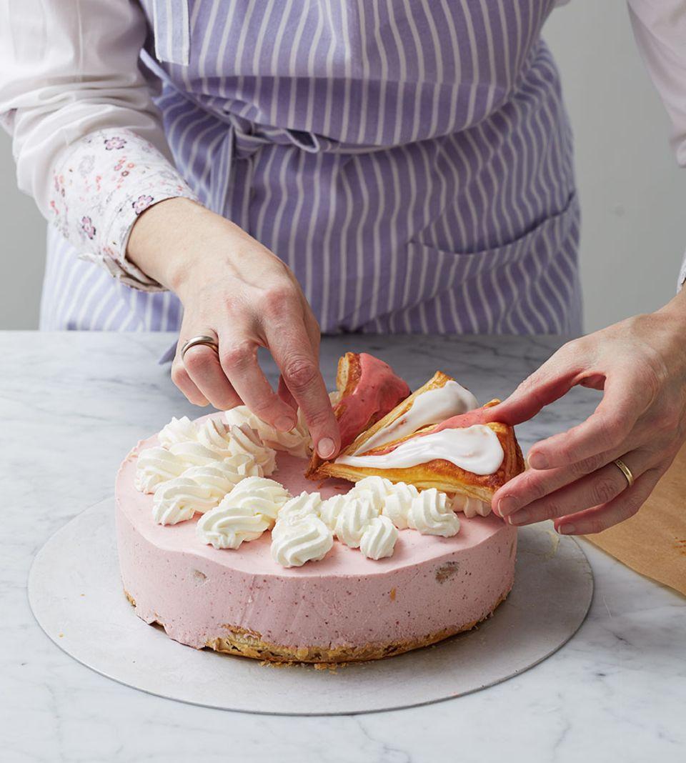 Sahnespiralen wie ein Ziffernblatt auf die Torte spritzen