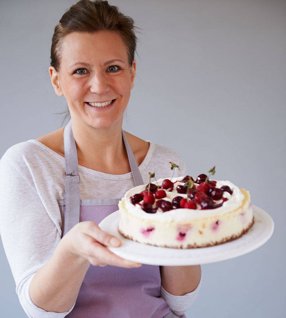 Marion Heidegger präsentiert mit einem Lächeln dieses Cheesecake-Träumchen