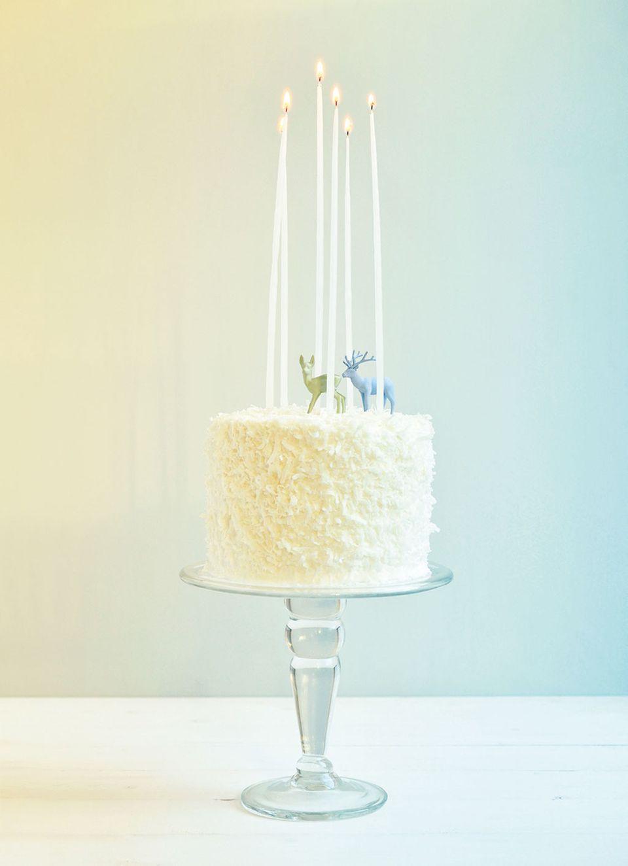 Weihnachtliche Stimmung: Kerzen, Reh und Hirsch schmücken die Schokoladen-Torte mit weißen Schokoraspeln