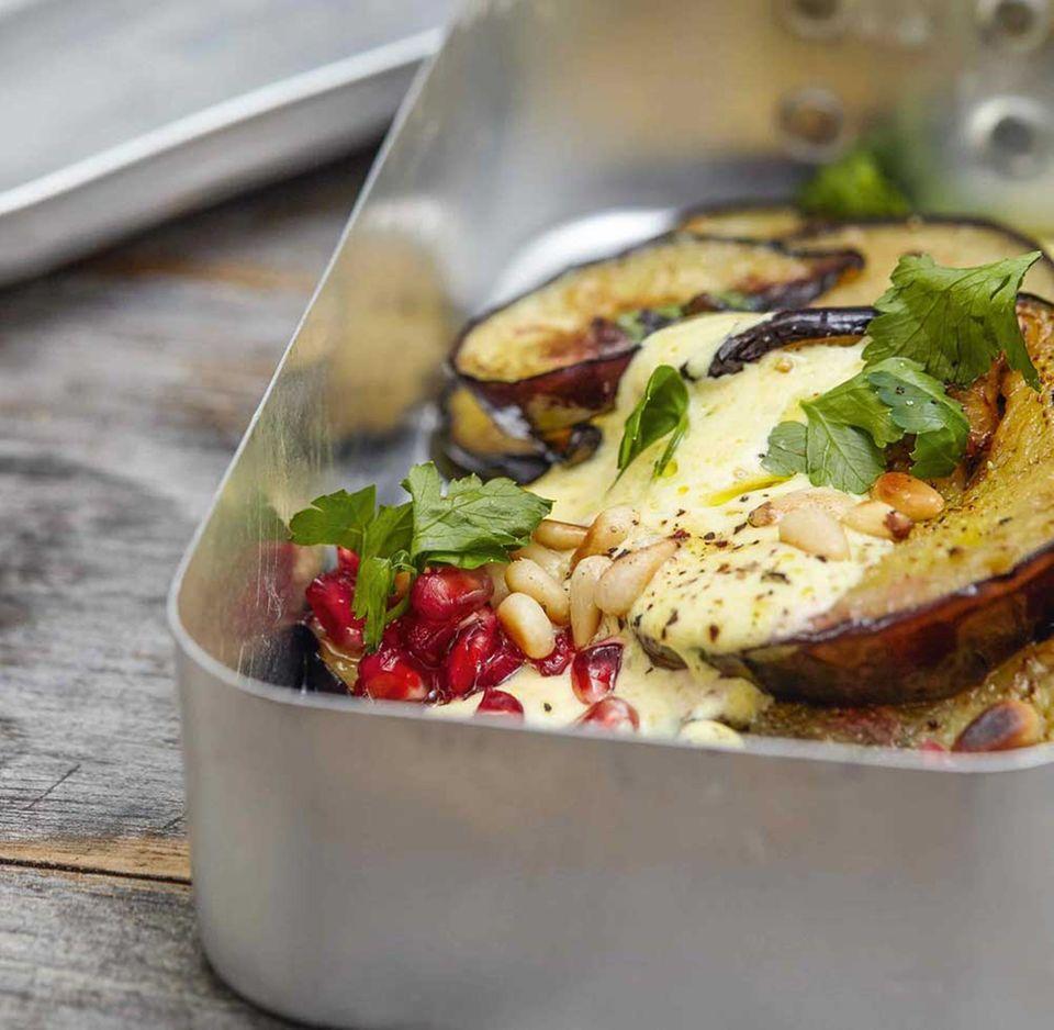 Schnelles Rezept aus My Yoga Canteen: Aubergine mit Safranjoghurt