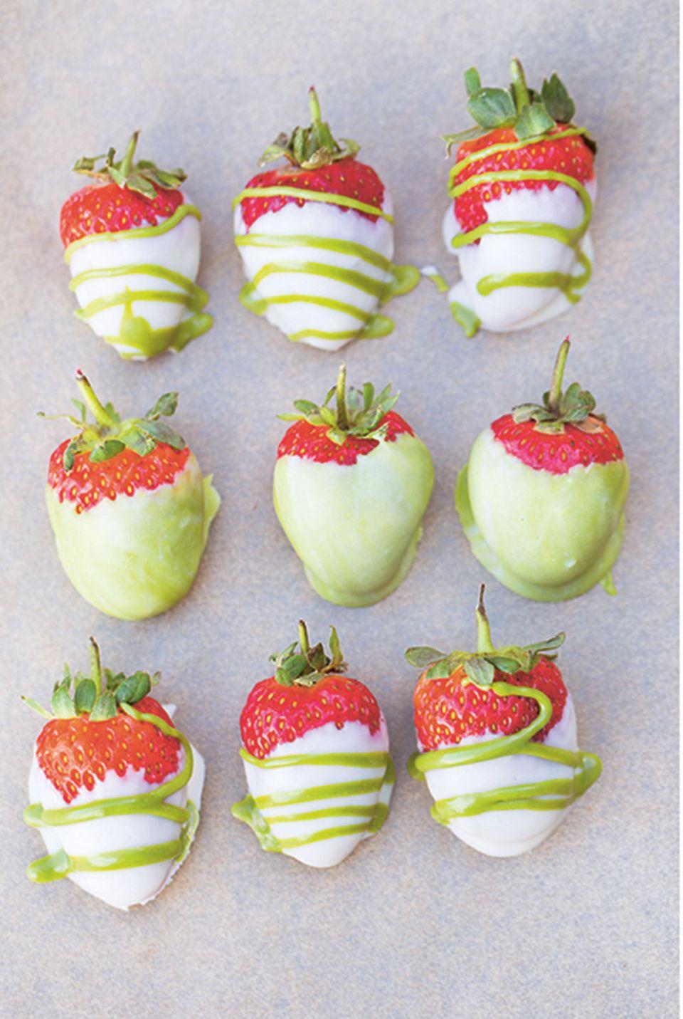 Erdbeeren im Schokomantel - fruchtig schokoladig als Dessert oder Snack
