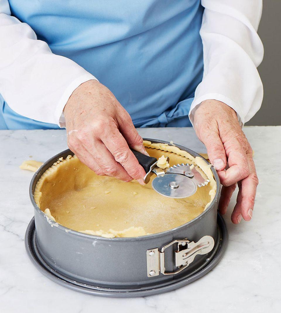 Den Teig möglichst gleichmäßig dick ausrollen