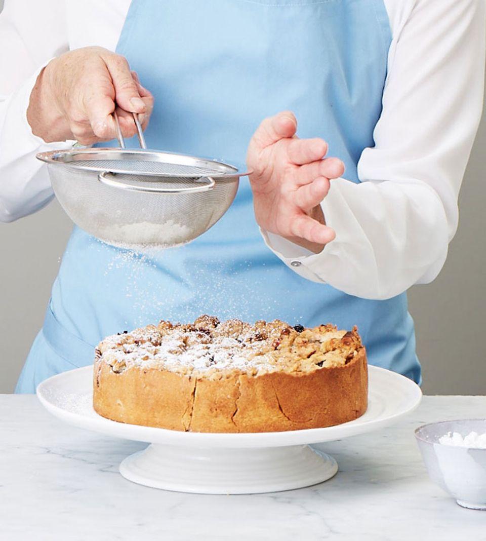 Eine zarte Schicht Puderzucker hellt den Kuchen auf