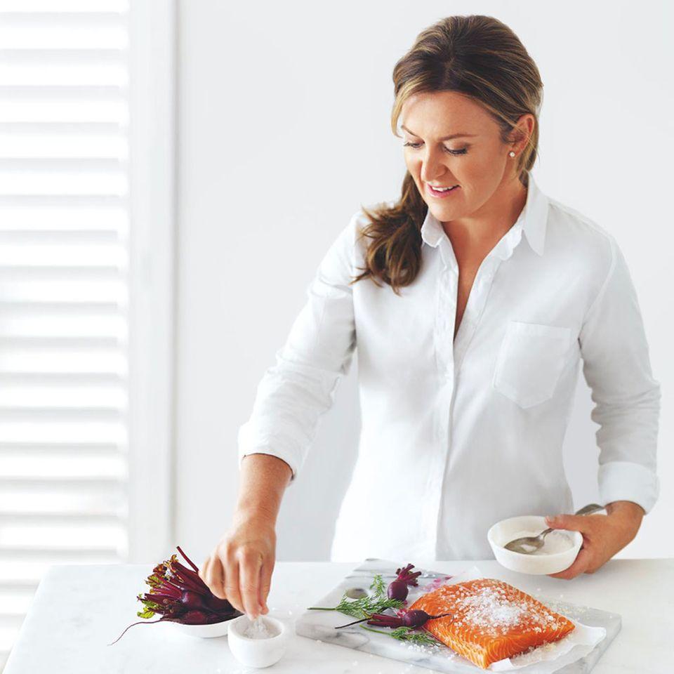 Donna Hay bereitet Lachs und rote Bete zu