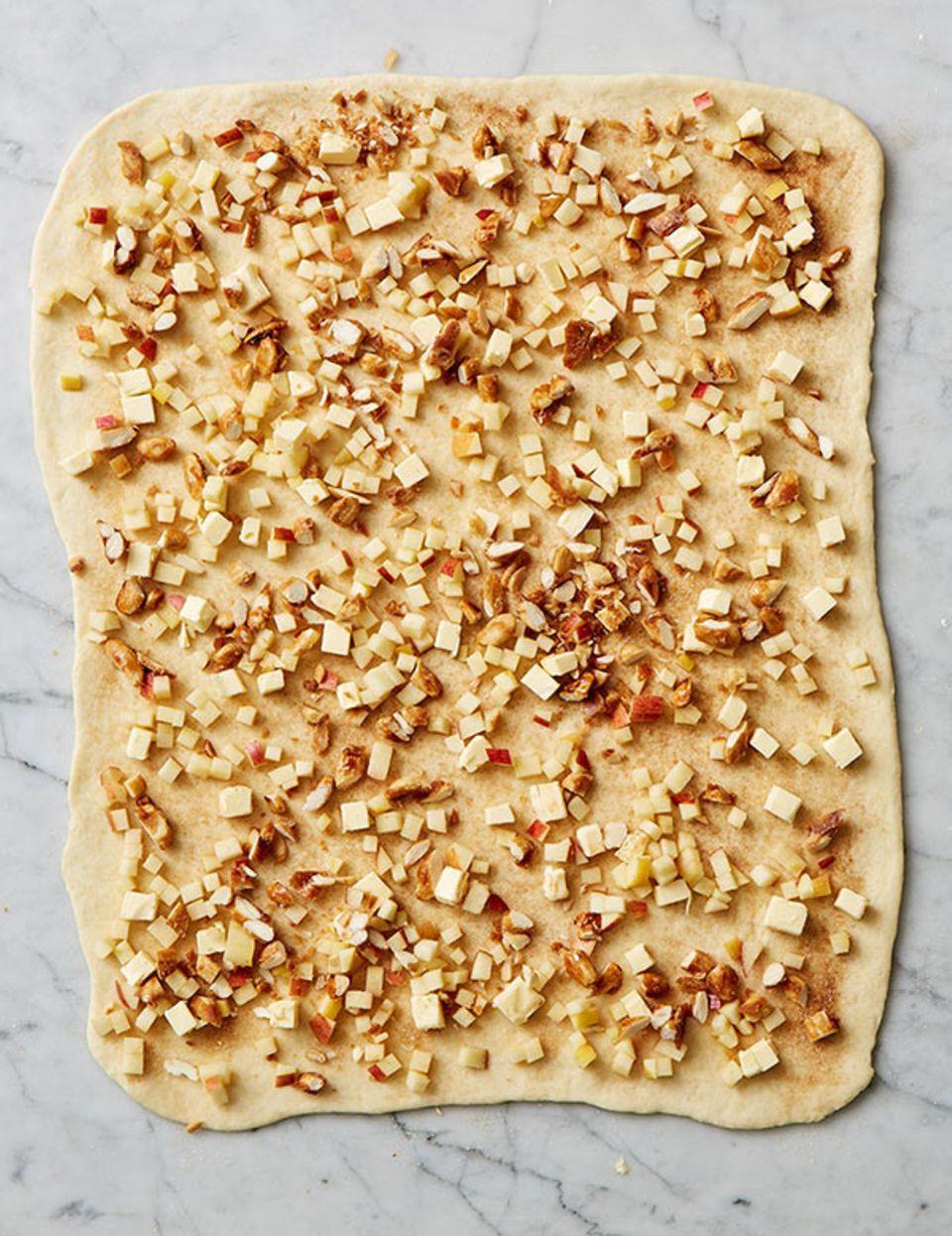 In Ahornsirup karamellisierte Mandelkerne knacken zwischen säuerlichen Äpfeln und Zimtzucker