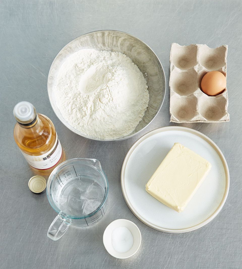 Mit wenigen Zutaten können Sie einen einfachen Pie-Teig zubereiten