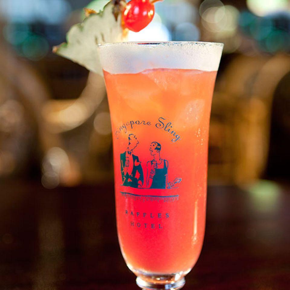 Singapore Sling wie er heute in der Long Bar des Raffles Hotels in Singapur serviert wird