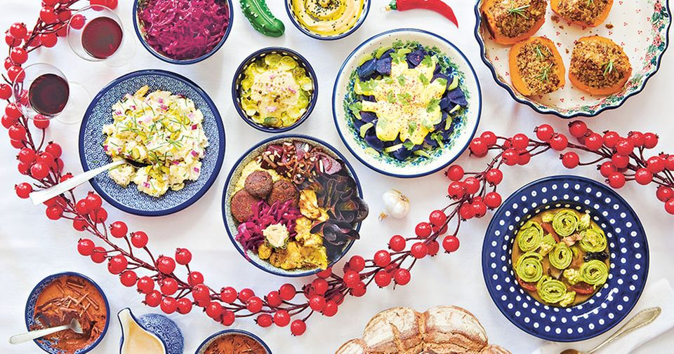 Ein veganes Weihnachtsmenü mit Hummus, Miso-Pilzsuppe, Kartoffelsalat, Hokkaido-Kürbis und Bratapfelsmoothie