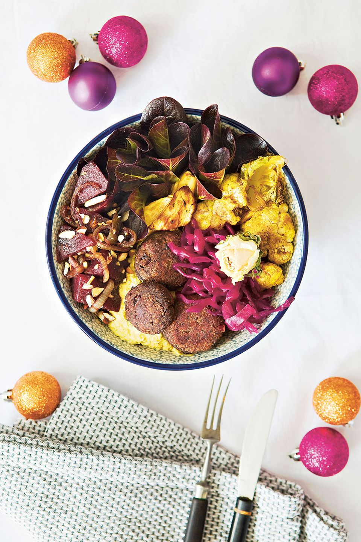 Die Christmasbowl ist eine bunte Mischung aus Zutaten wie Blumenkohl, Hummus, Rote-Bete-Salat und Bohnen-Talern