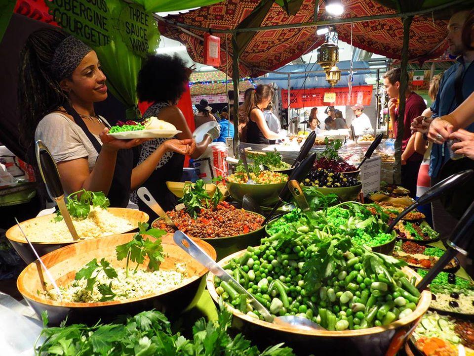 Im Trubel des Brick Lane Market findet man authentisches Street Food aus aller Welt.