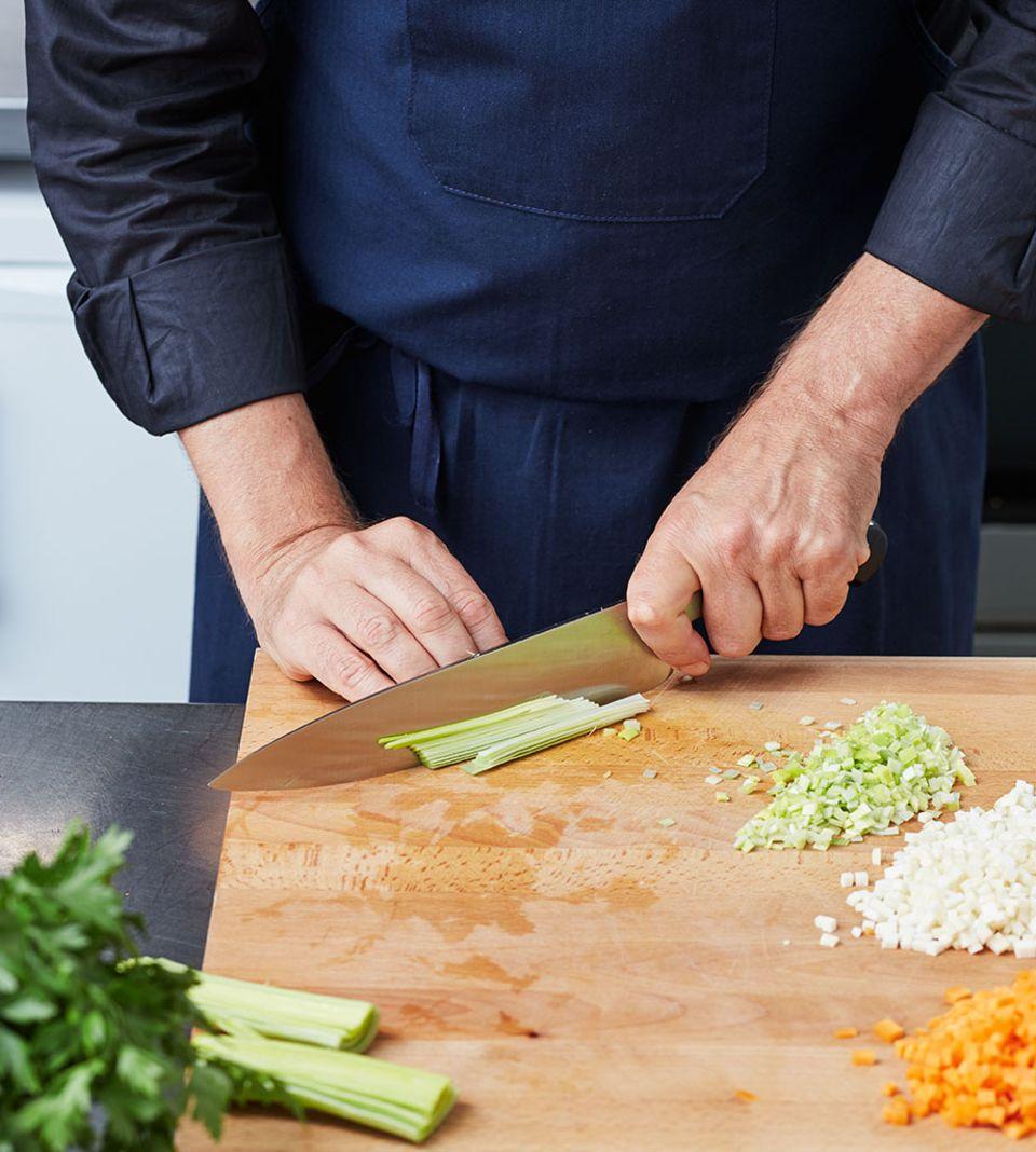 Gemüse in gleichmäßige, feine Würfel schneiden