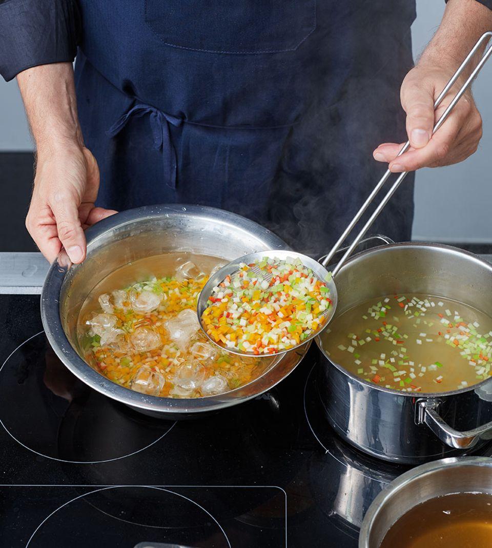 Das Gemüse nach dem Blanchieren sofort in eiskaltem Wasser abschrecken