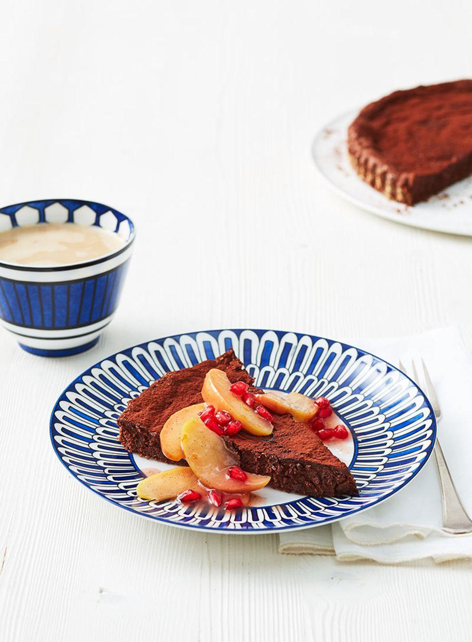 Das süß-saure Kompott umschmeichelt den herb-schokoladigen Kuchen - ein Traum!