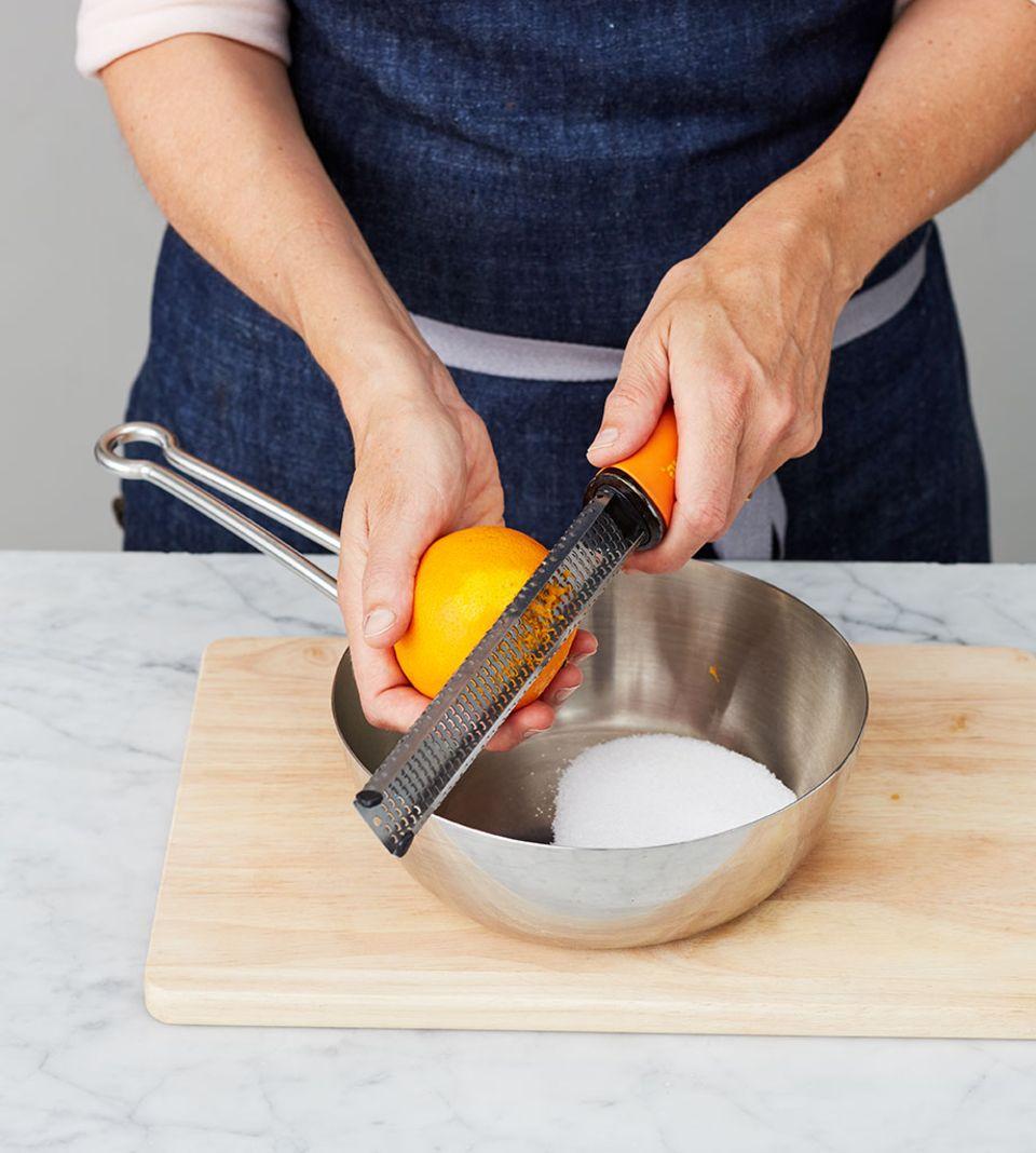 Die Bio-Orange fein abreiben