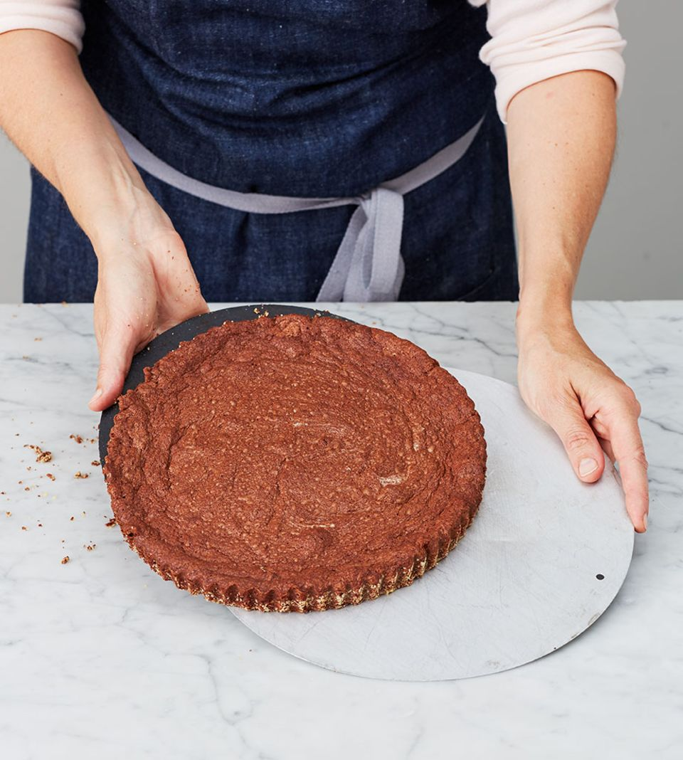 Der Kuchenretter hilft, den Kuchen unbeschadet auf die Kuchenplatte zu ziehen