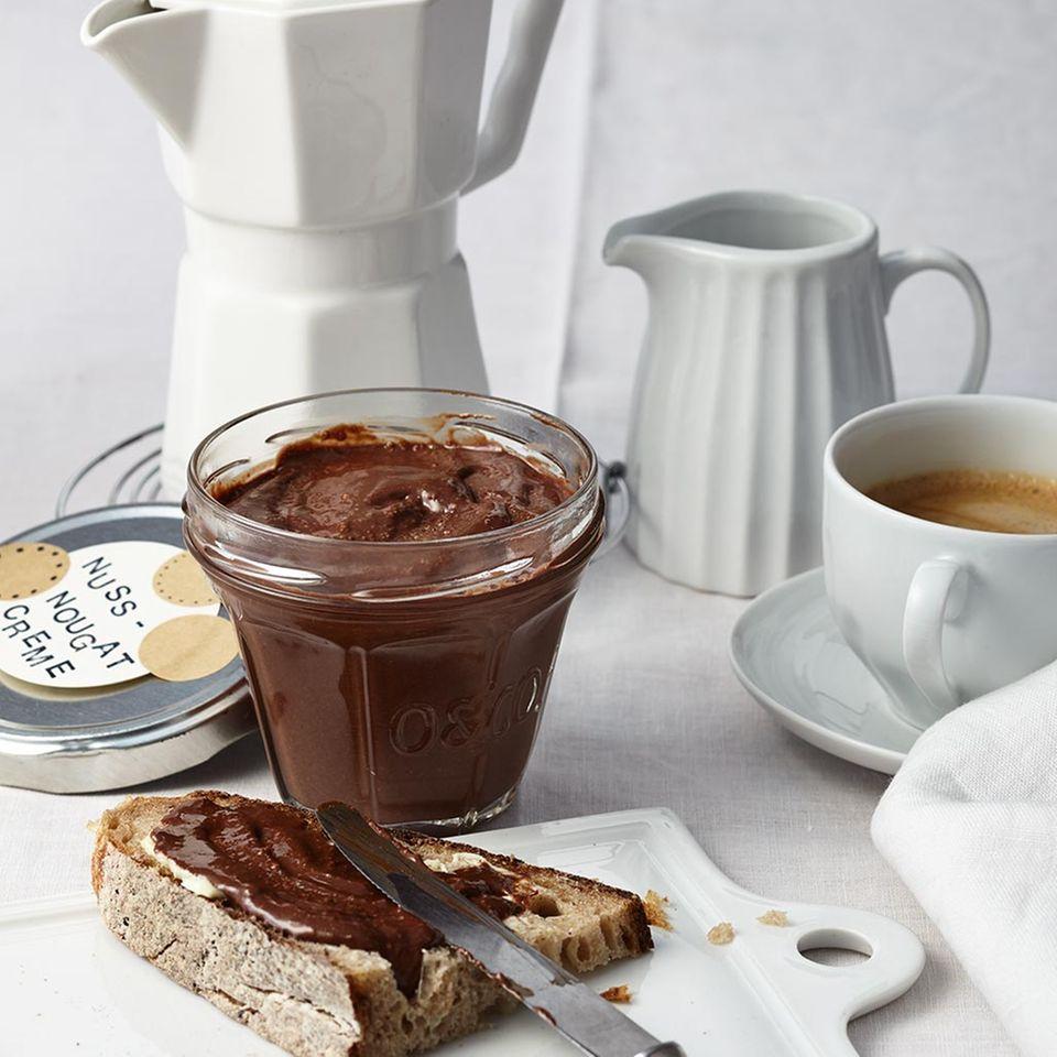 Gesunde Nascherei: Nuss-Nougat-Creme aus Zartbitterschoko & Kokosöl