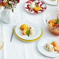 Weiße Mousse mit Pfirsichen