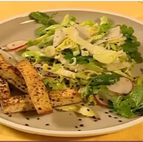 Asiatischer Spitzkohlsalat mit Pfeffer-Tofu