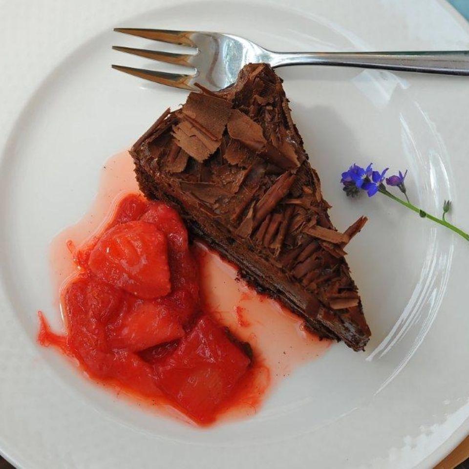 Geeiste Schokomousse-Torte mit Erdbeer-Rhabarberkompott