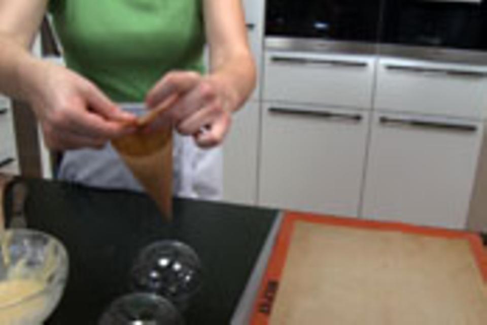 Spritztüte für Hippenkörbchen formen