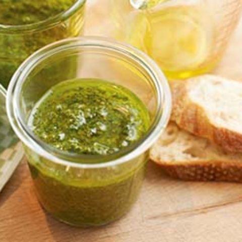 Basilikum-Pesto mit Brot