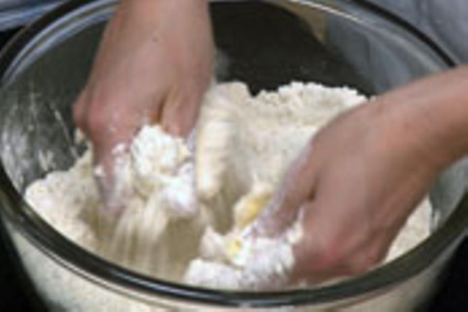 Butter-Mehl-Mischung zerreiben