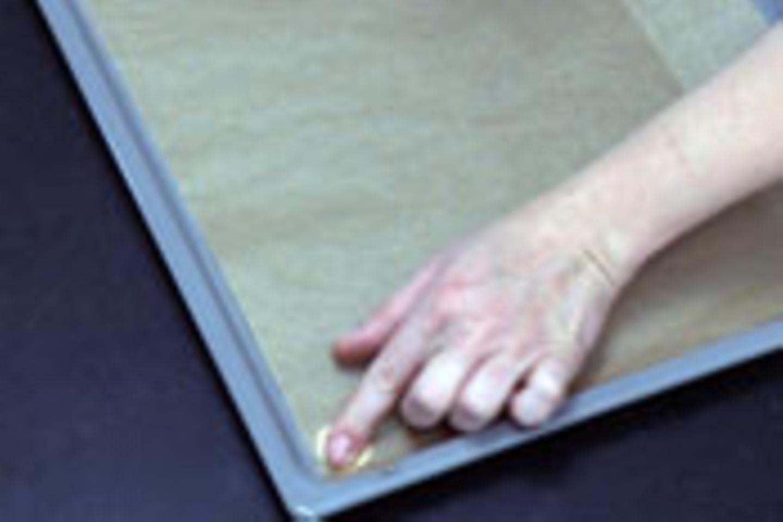 Spritzbeutel füllen und Backpapier befestigen