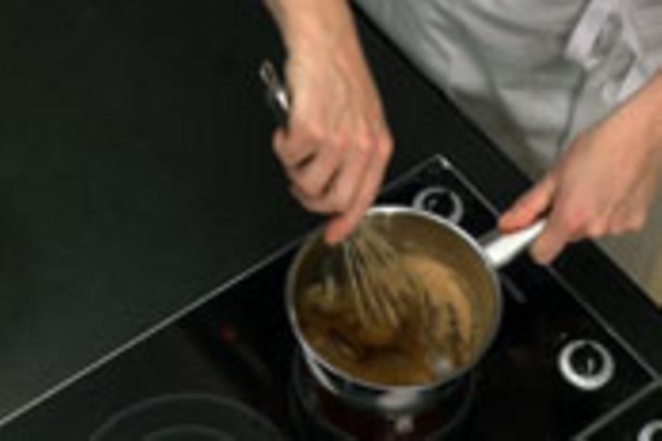 Honig und Zucker aufkochen