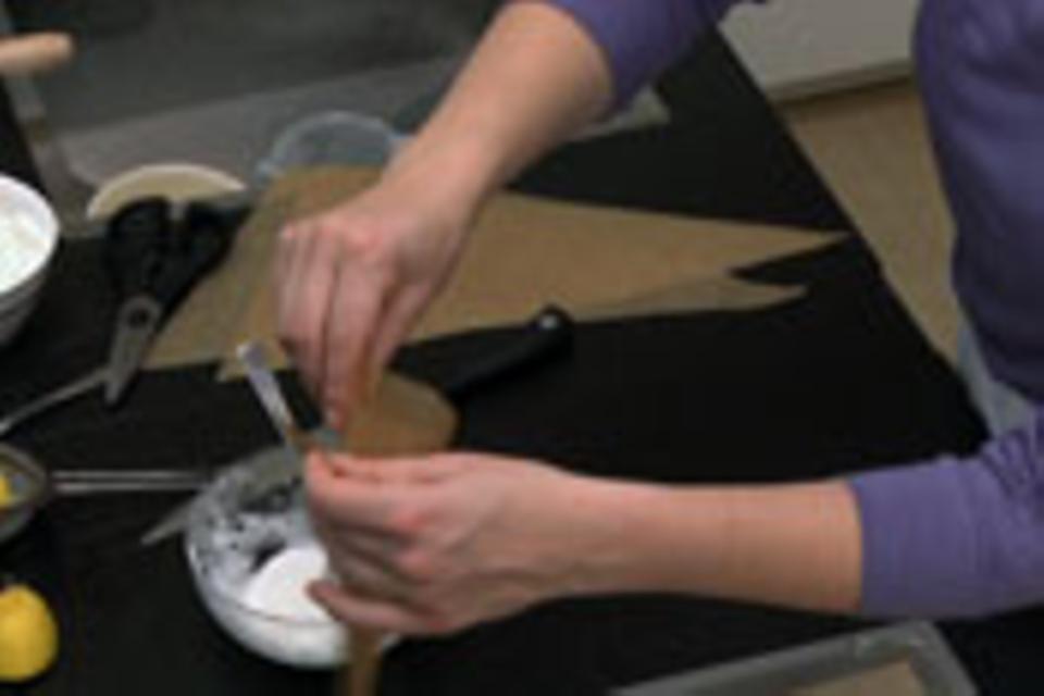 Spritztüte zum Verzieren: Papier um die Tüte rollen