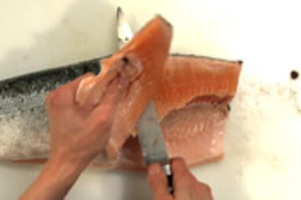 Obere Fischhälfte abschneiden