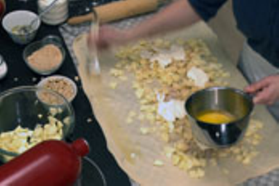 Teigränder mit Butter bestreichen