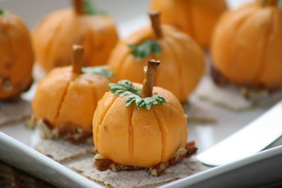 Kleine Kürbisse aus Käse passen gut zu einem Halloween-Buffet
