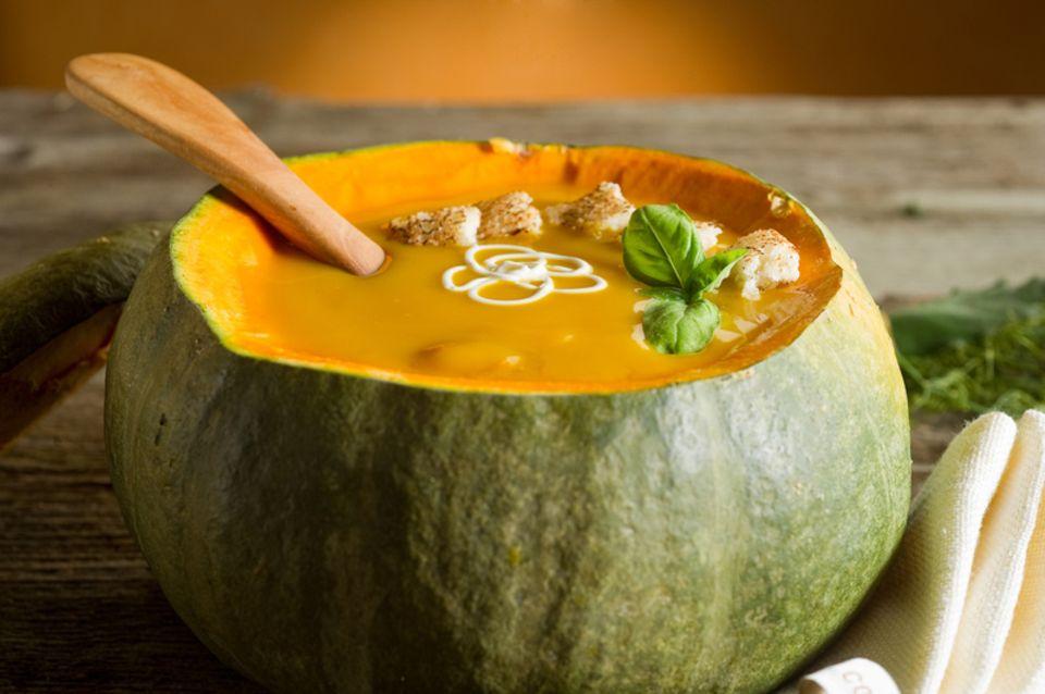 Dekorativ: Servieren Sie die Kürbissuppe in einem ausgehöhlten Kürbis
