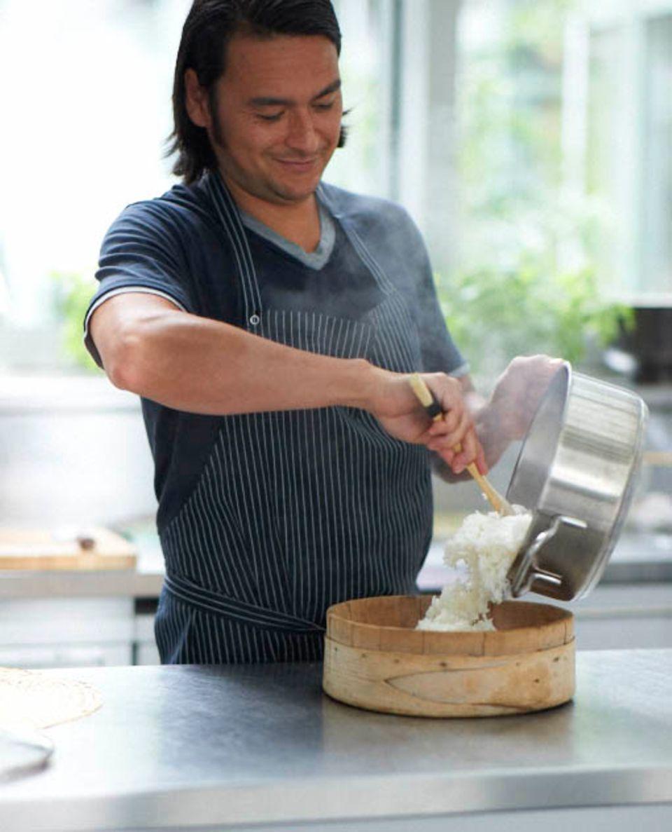 »e&t«-Koch Marcel Stut bereitet den Sushireis zu.