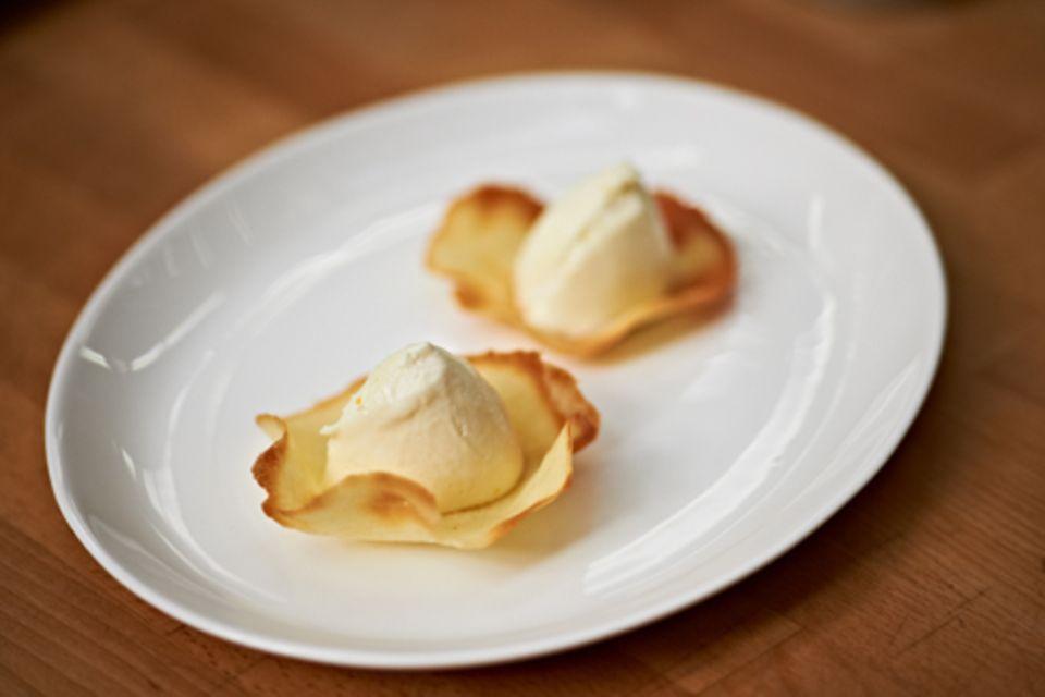 Weiße Schoko-Orangen-Mousse mit Cranberry-Sauce: Rezept & Handgriffe