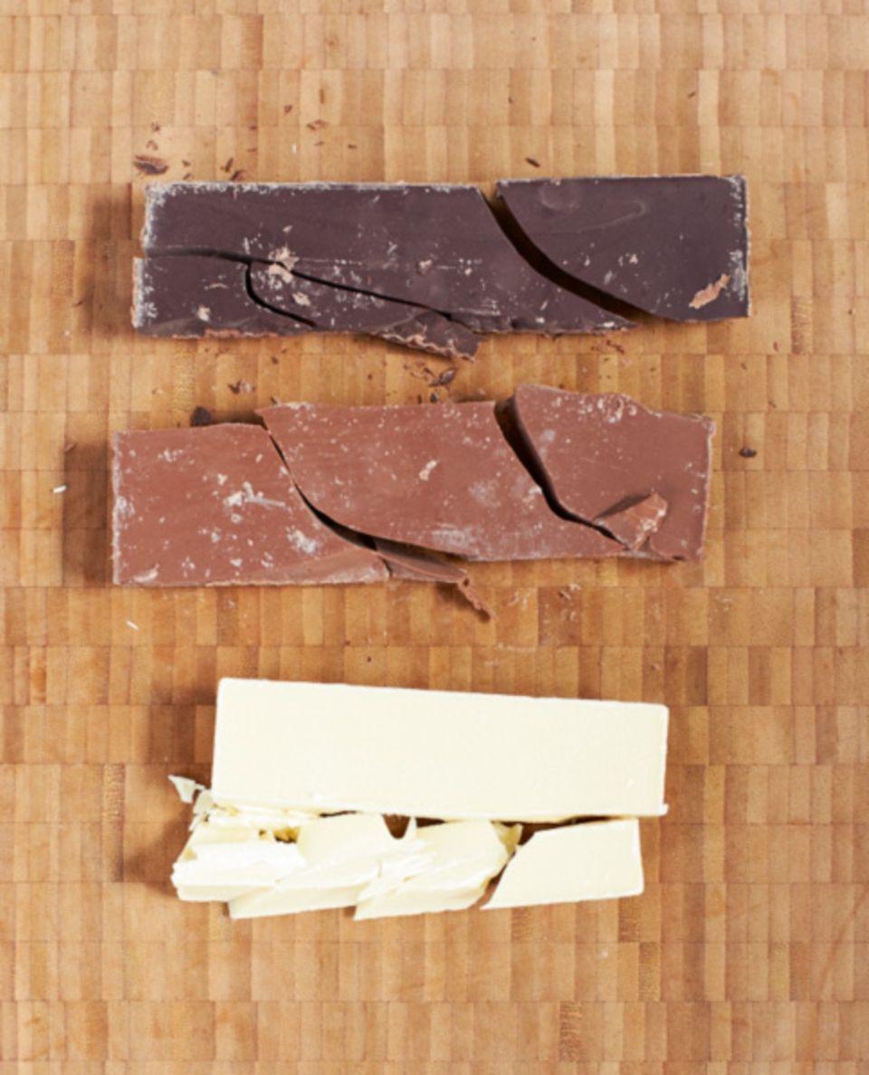Zartbitter- bzw. Edelbitterschokolade, Vollmilchschokolade und Weiße Schokolade (v. o. n. u.)