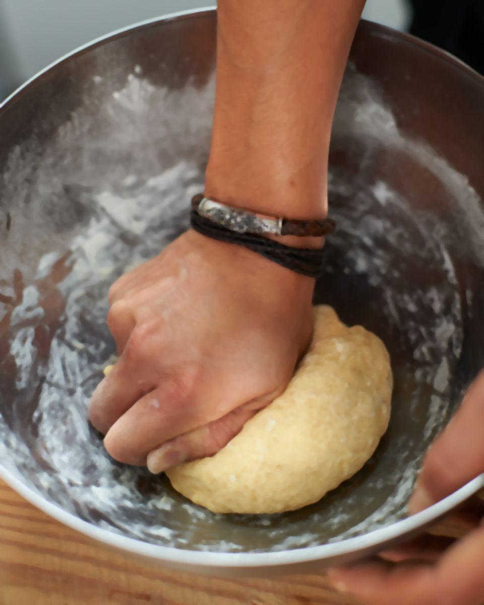 Der Maultaschenteig wird gut geknetet