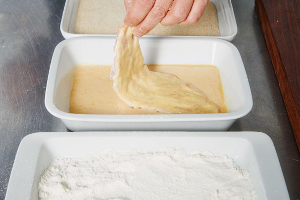 Schnitzel plattieren, panieren und braten