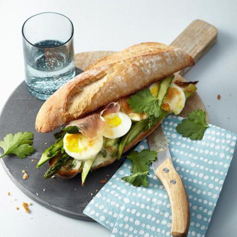 Spargel-Schinken-Sandwich mit Ei