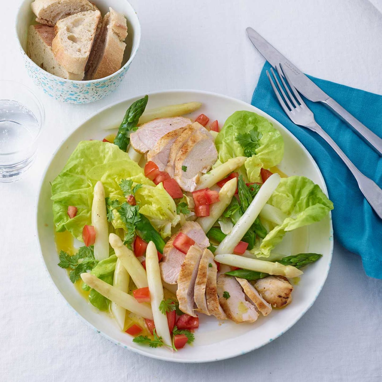 Spargelsalat mit grünem Spargel, Spinat und Radieschen