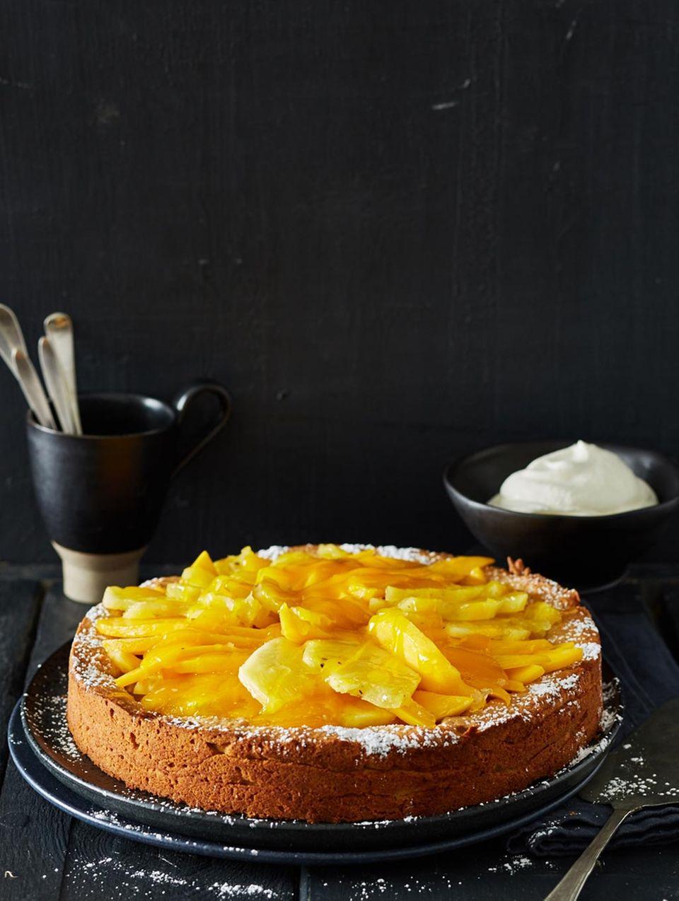 Anne Haupt zeigt mit ihrem exotischem Mandel-Kuchen, wie die Februar-Stimmung am besten aufgehellt wird.