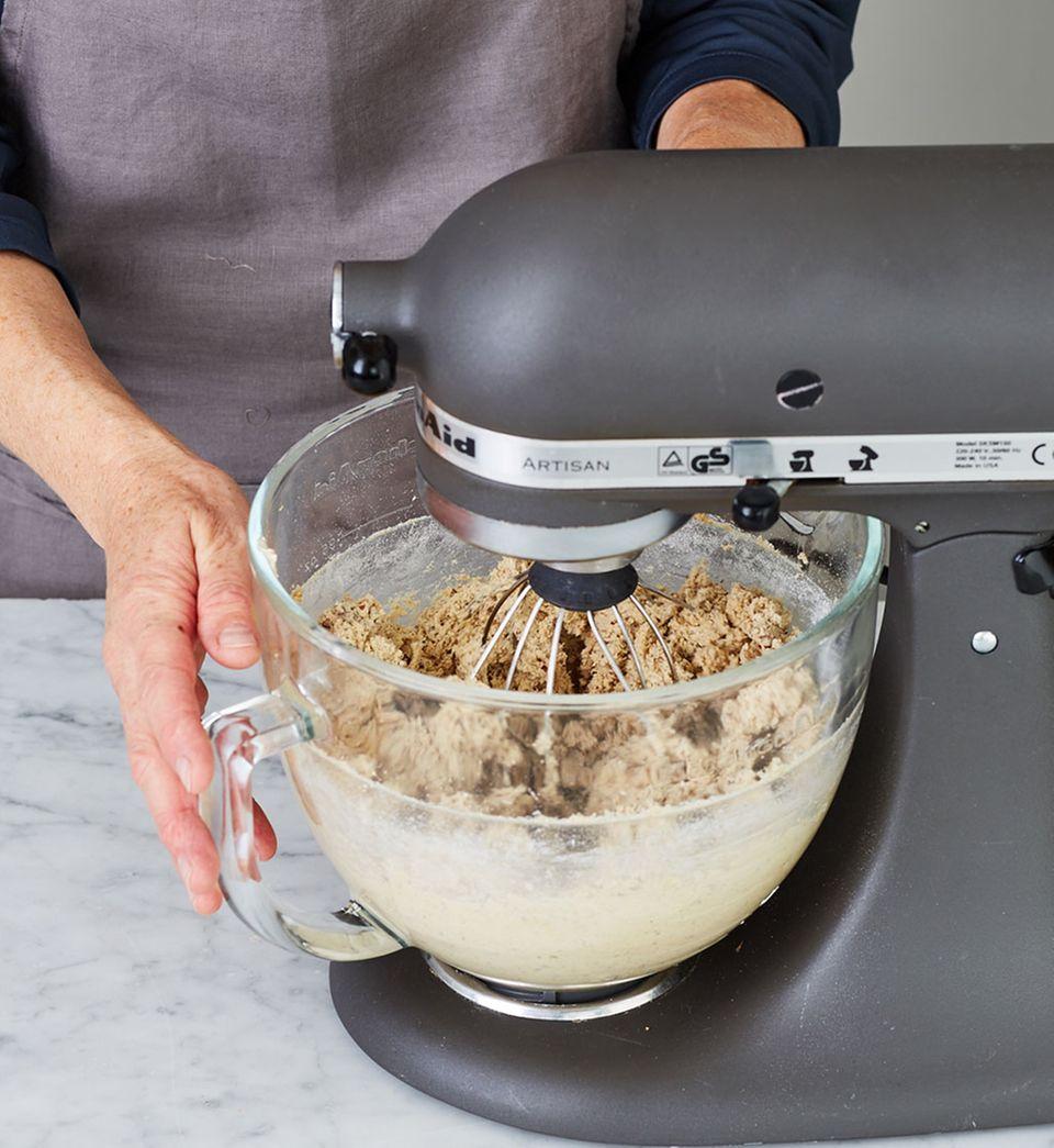 In der Küchenmaschine Mehl-Mandel-Mischung zur Butter-Ei-Masse geben.